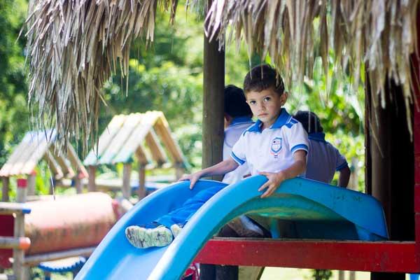 Niño-en-parque---Colegio-Cristiano-Fares-en-Pereira-min